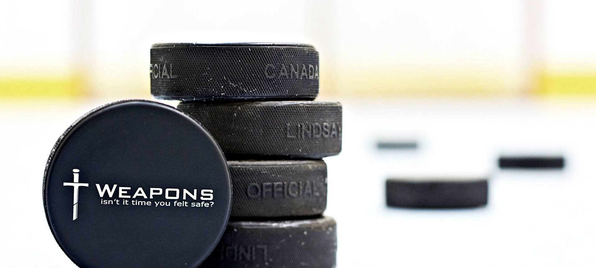 Patinoire de hockey à notre bureau avec des rondelles de hockey de marque IT Weapons.